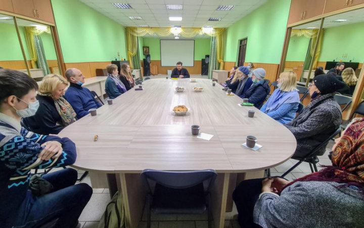 в храме Новомучеников и Исповедников Церкви Русской возобновила свою деятельность воскресная школа для взрослых.